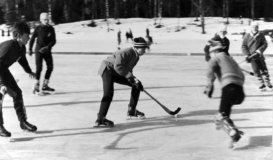 Här har Åstrand fotograferat bandy. Kan det vara Nybro SK som spelar på Sveavallen? (arkivref Åstrand sport 0002)