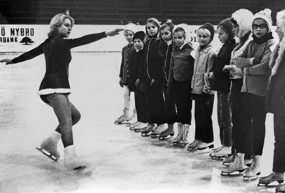 Ska det bromsas ska det göras med stil. Här ett gäng tjejer som tränar konståkning i victoriahallen (arkivref. Åstrand sport 005)