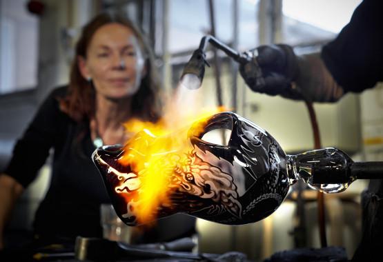 Konstnären Astrid Gate skapar sin glaskonst i Micke Johanssons glashytta i Örsjö