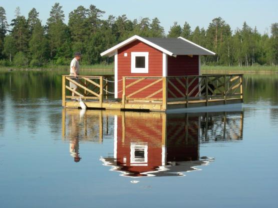 Husflotten i Alsterbro kan du hyra och övernatta i.