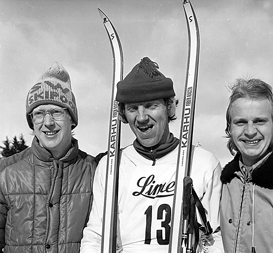 Glada skidlöpare den 1 mars 1977. Ur Bertil Åstrand bildarkiv. (arkivref . Åstrand 0009)