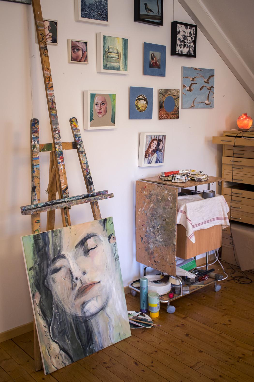 Tavlor på vägg i Eva Sundmans ateljé
