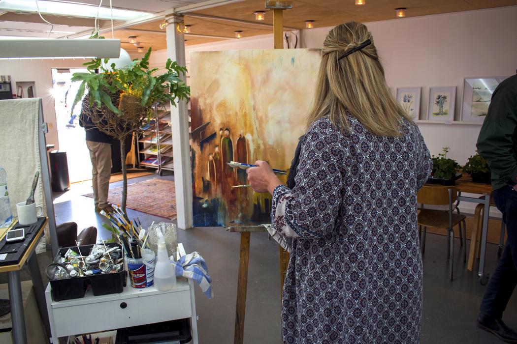Marie Petterström målar på en tavla i sin ateljé