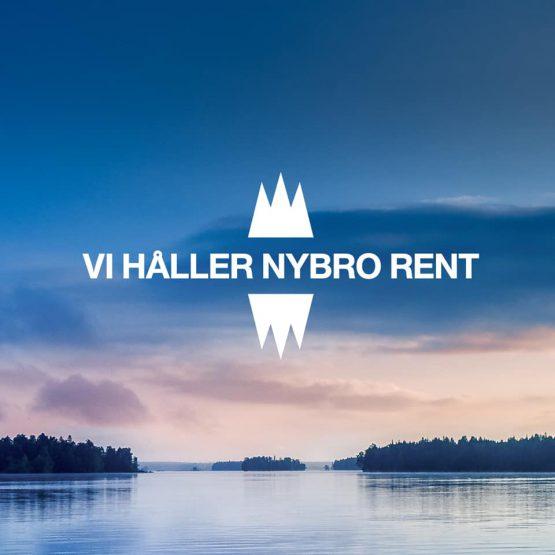 """Utsikt över sjö med texten """"Vi håller Nybro rent"""""""