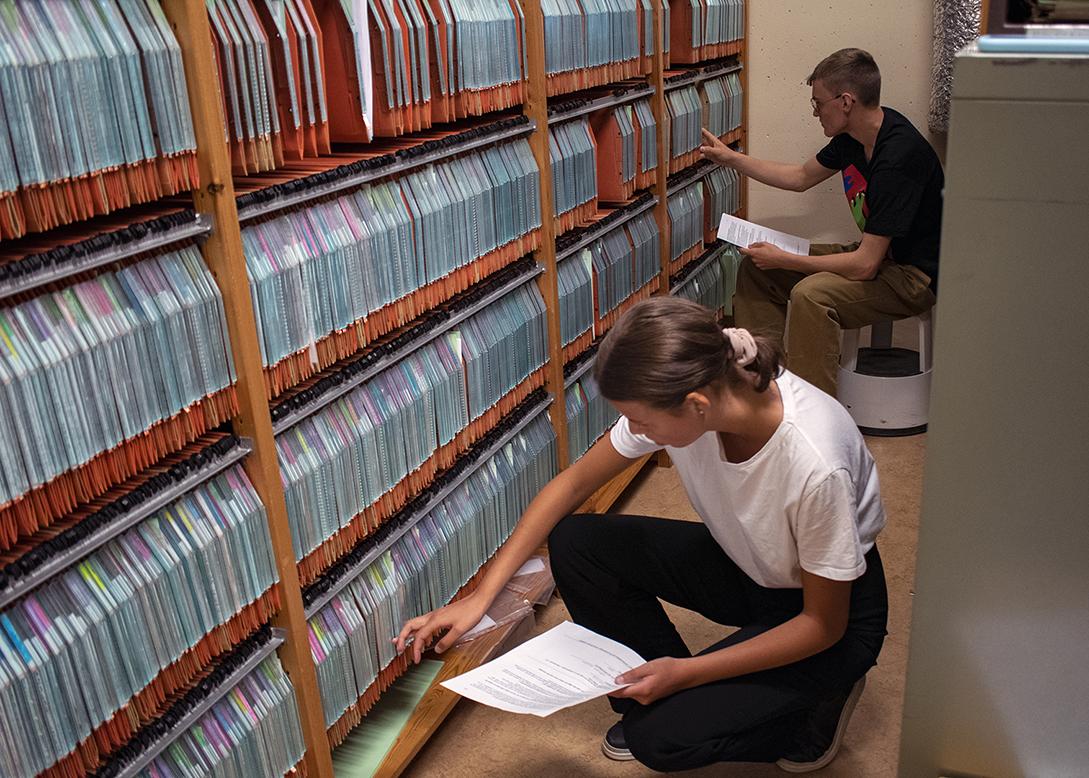 Frida och Viktor arbetar i arkivet
