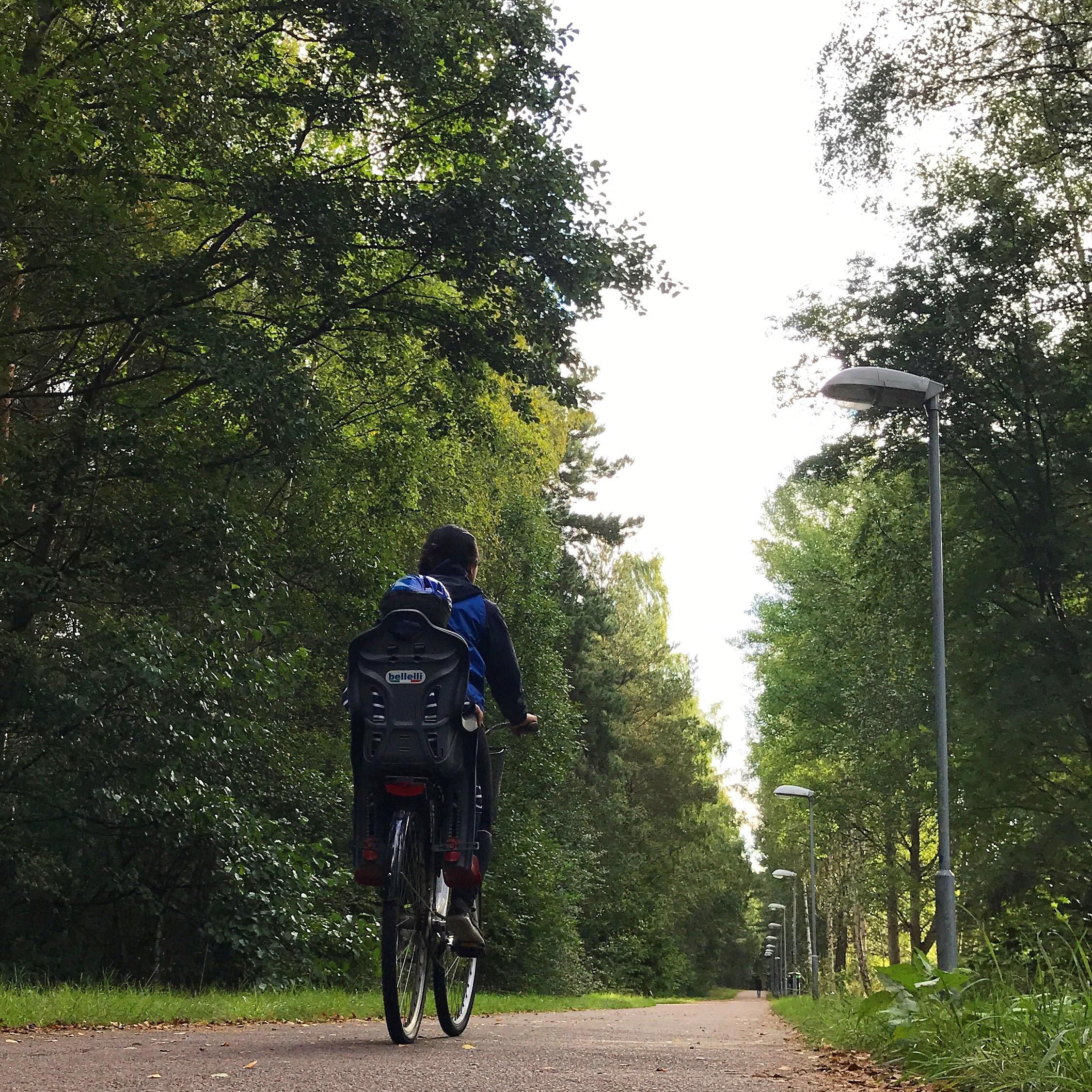 Marian cyklandes på en cykelväg