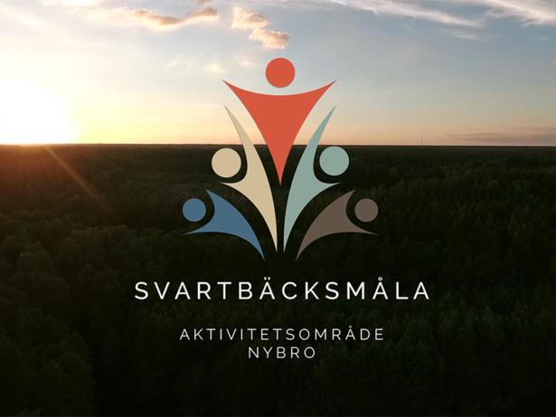 Logotyp för Svartbäcksmåla aktivitetsområde över bild av utsikt över trädtoppar och solnedgång