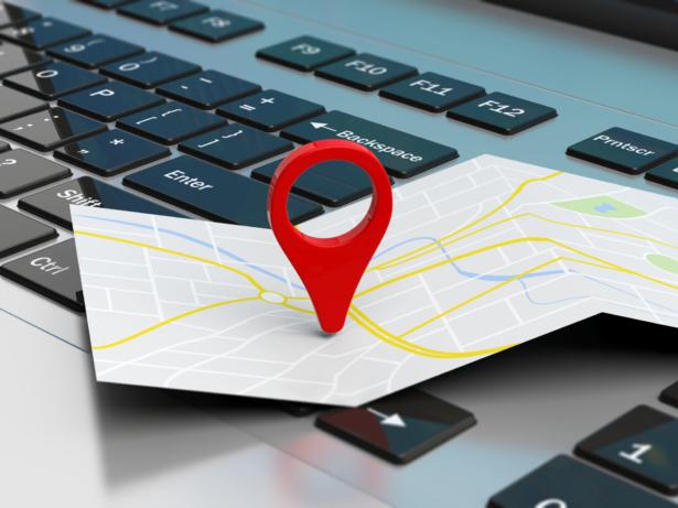 Kartmarkör på en karta framför ett tangentbord